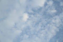 Blauwe hemel in bewolkt Stock Foto's