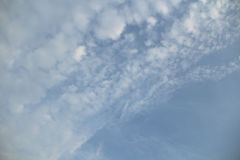 Blauwe hemel in bewolkt Royalty-vrije Stock Afbeelding