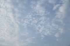 Blauwe hemel in bewolkt Stock Foto