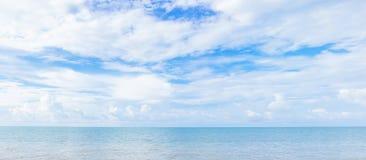 Blauwe hemel bij de oceaan Stock Foto's