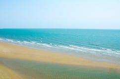 Blauwe hemel, blauwe overzees, met zand op het strand Mening van berg Royalty-vrije Stock Afbeelding