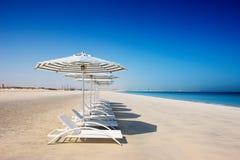 Blauwe hemel, blauwe overzees, wit zand Royalty-vrije Stock Afbeeldingen