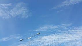 Blauwe hemel boven de stad Stock Foto's