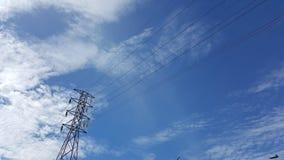 Blauwe hemel boven de stad en powerline binnen - tussen Royalty-vrije Stock Afbeeldingen