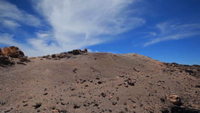 Blauwe hemel boven de vulkaan Teide Tenerife Spanje stock footage