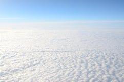 Blauwe hemel boven de wolken Stock Afbeeldingen