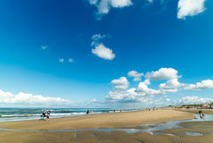 Blauwe hemel boven het strand van Zandvoort aan Zee, Nederland Stock Fotografie