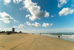 Blauwe hemel boven het strand van Zandvoort aan Zee, Nederland Stock Foto's