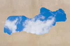 Blauwe hemel die door het gat wordt gezien Royalty-vrije Stock Afbeelding