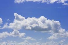 Blauwe hemel die met witte pluizige wolken wordt gevuld royalty-vrije stock afbeelding