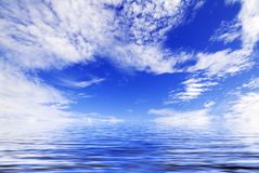 Blauwe hemel die in water nadenkt Stock Afbeelding