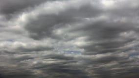Blauwe hemel door bewolking stock video
