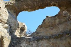 Blauwe hemel door gat in de muur in Oude holstad Uplistsikhe, Georgië Royalty-vrije Stock Fotografie