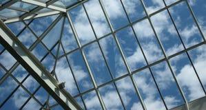 Blauwe hemel door glasvensters Stock Afbeelding