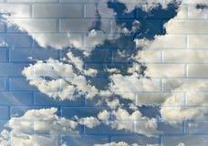 Blauwe hemel in een baksteen wal royalty-vrije stock fotografie