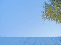 Blauwe hemel en achtergrond Stock Foto's