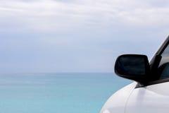 Blauwe hemel en auto Stock Foto's