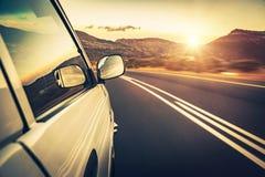 Blauwe hemel en auto stock afbeeldingen