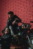 Blauwe hemel en auto wegreis met sexy paar in liefde wegreis op motor het fietserpaar heeft wegreis traveling royalty-vrije stock foto