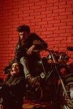Blauwe hemel en auto wegreis met sexy paar in liefde wegreis op motor het fietserpaar heeft wegreis traveling stock afbeelding
