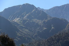 Blauwe hemel en berg stock foto