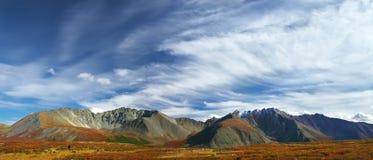 Blauwe hemel en bergen, panorama. Royalty-vrije Stock Afbeelding
