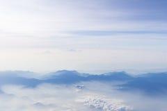 Blauwe hemel en bergenmening van vliegtuig gestileerde hipster achtergrond met copyspace Stock Foto