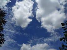 Blauwe hemel en bewolkt stock foto