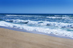 Blauwe hemel en blauwe golven Royalty-vrije Stock Foto's