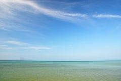 Blauwe hemel en blauwe overzees Royalty-vrije Stock Foto's