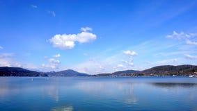 Blauwe hemel en blauwe overzees in Europa Royalty-vrije Stock Afbeeldingen
