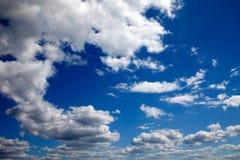 Blauwe hemel en cumuluswolken Royalty-vrije Stock Fotografie
