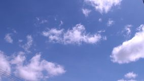 Blauwe hemel en de beweging van mooie witte wolken stock footage