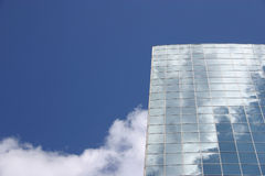 Blauwe hemel en de moderne bouw Stock Foto's