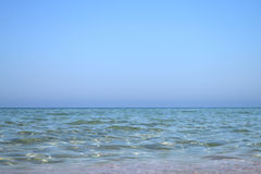 Blauwe hemel en duidelijke overzees Stock Foto