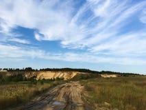 Blauwe hemel en een verlaten zandkuil royalty-vrije stock foto's