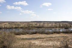 Blauwe hemel en gesmolten rivier royalty-vrije stock afbeeldingen