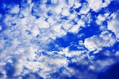 Blauwe hemel en gezwollen witte wolken Stock Foto