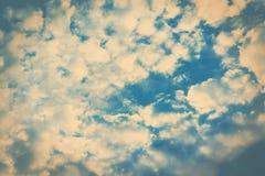 Blauwe hemel en gezwollen witte wolken Stock Fotografie