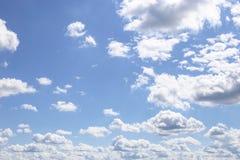 Blauwe Hemel en gezwollen wolken Royalty-vrije Stock Fotografie