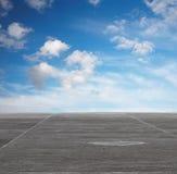 Blauwe hemel en grijze vloer Stock Fotografie