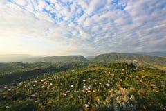 Blauwe hemel en groene bergen Royalty-vrije Stock Fotografie