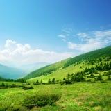 Blauwe hemel en groene heuvels stock foto's