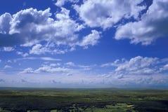Blauwe hemel en groene heuvels Stock Afbeeldingen