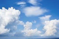 Blauwe hemel en grote wolken Stock Foto's