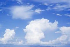Blauwe hemel en grote wolken Royalty-vrije Stock Afbeelding