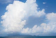 Blauwe hemel en grote wolken Royalty-vrije Stock Fotografie