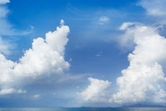 Blauwe hemel en grote wolken Royalty-vrije Stock Foto