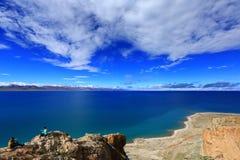 Blauwe hemel en het witte Meer van wolkennamtso, Tibet royalty-vrije stock afbeelding