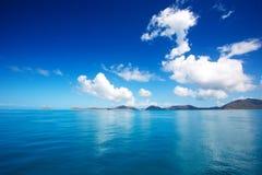 Blauwe hemel en kalme overzees met witte wolk Royalty-vrije Stock Foto's